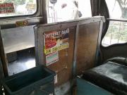 ジープニー車内の広告