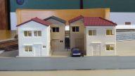 ホーム脇の建売住宅